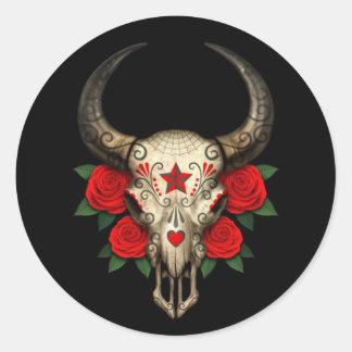 Crânio do açúcar de Bull com as rosas vermelhas no Adesivos Redondos
