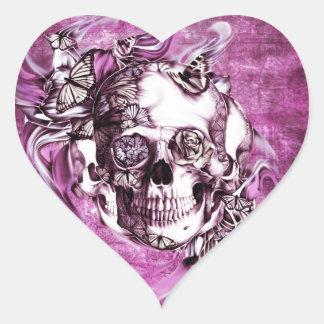 Crânio do fumo da ameixa com borboletas adesivo em forma de coração