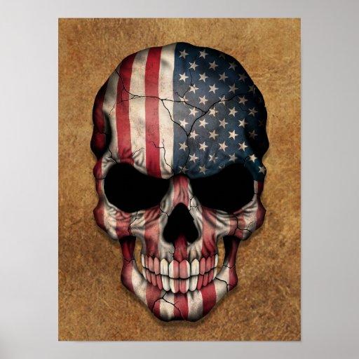 Crânio envelhecido e vestido da bandeira americana pôsteres