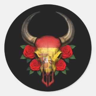 Crânio espanhol de Bull da bandeira com rosas verm Adesivo Em Formato Redondo