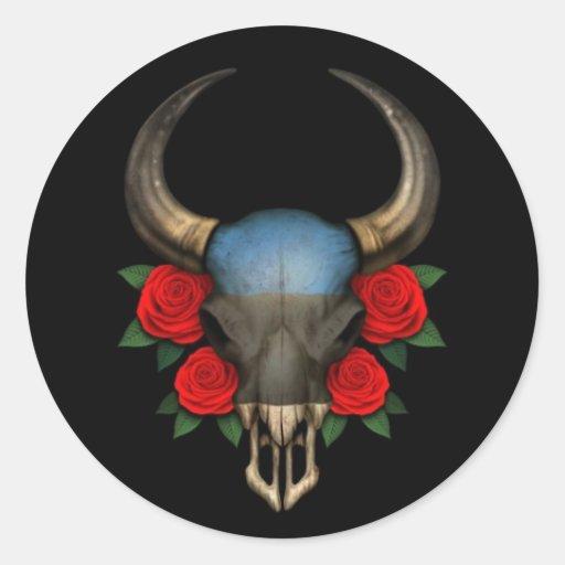 Crânio estónio de Bull da bandeira com rosas Adesivos Em Formato Redondos