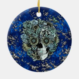 Crânio feito das borboletas nos azuis marinhos ornamentos