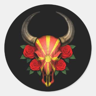 Crânio macedónio de Bull da bandeira com rosas ver Adesivo Em Formato Redondo