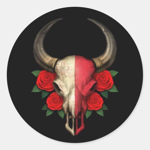 Crânio maltês de Bull da bandeira com rosas Adesivo Em Formato Redondo