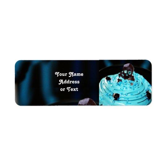 Crânio preto no cupcake azul da crosta de gelo etiqueta endereço de retorno
