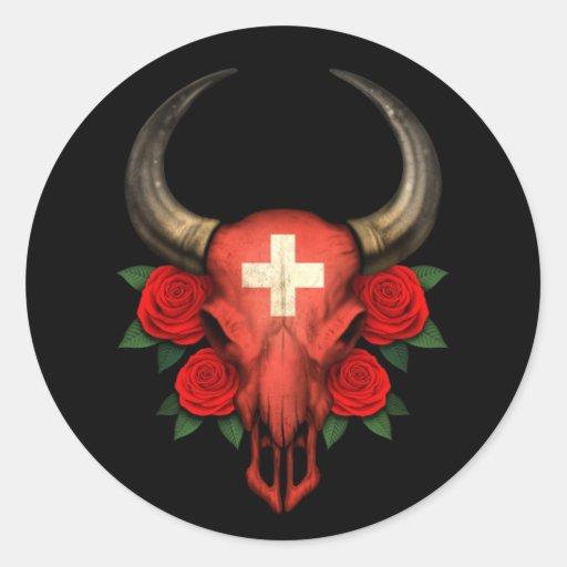 Crânio suíço de Bull da bandeira com rosas Adesivo Redondo