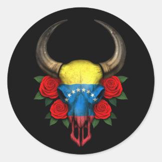 Crânio venezuelano de Bull da bandeira com rosas v Adesivo Redondo