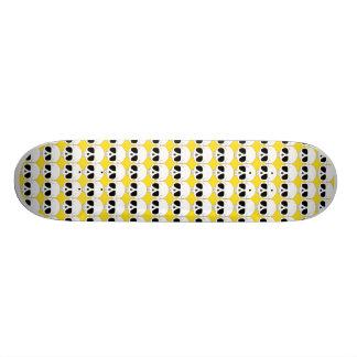 Crânios no skate amarelo