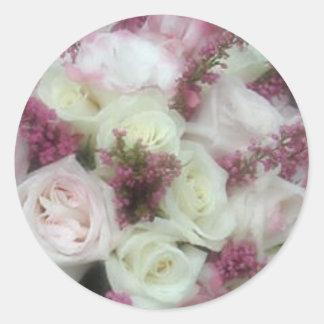 Creme e selos cor-de-rosa rosas pálido do envelope adesivo