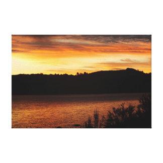 Crepúsculo alaranjado pelo lago impressão em tela canvas