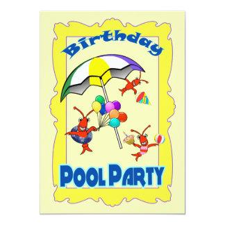 Criança bonito da festa na piscina da lagosta dos