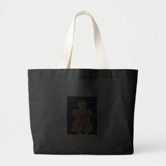 Criança com coelho bolsa