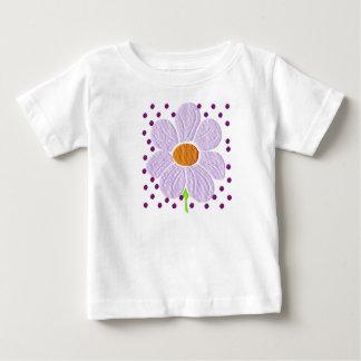 Criança da margarida & camisa roxas da criança
