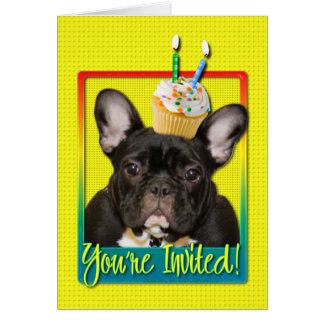 Criança de 2 anos do cupcake do convite - buldogue cartões
