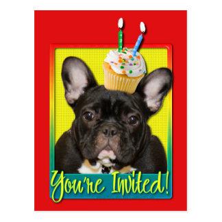 Criança de 2 anos do cupcake do convite - buldogue cartao postal