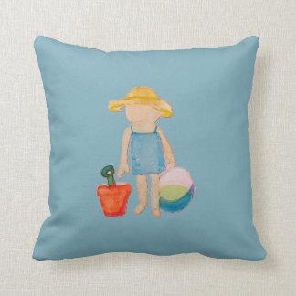 Criança do bebé no azul do aniversário da praia do almofada