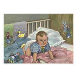 Criança do vintage bebê bonito que joga na ucha convites personalizados
