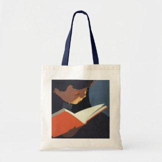 Criança do vintage que lê um livro da biblioteca bolsas para compras