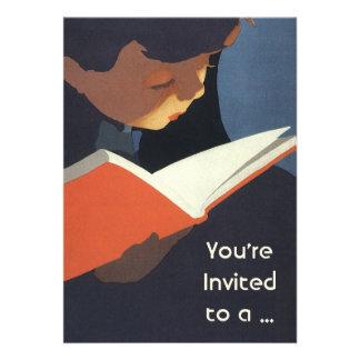 Criança do vintage que lê um livro de volta ao te convite