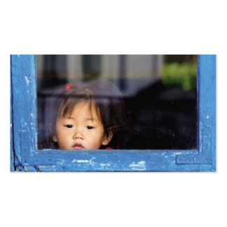 Criança na janela cartão de visita