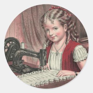 Criança na máquina de costura - 1872 1 adesivos redondos