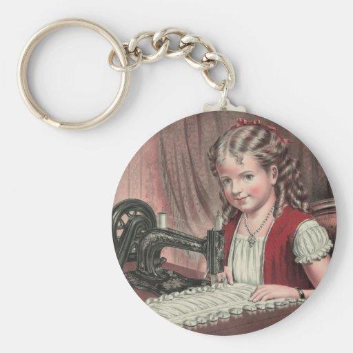Criança na máquina de costura - 1872 (1) chaveiro