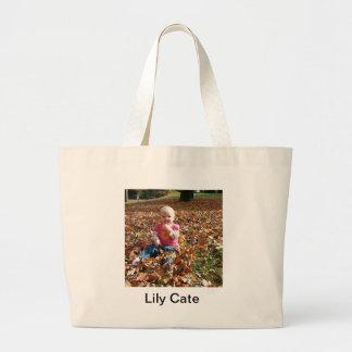 Criança nas folhas da queda bolsas de lona