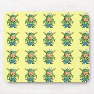 Criança no traje bonito do dragão mouse pad