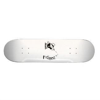 Criança que joga a captura com cão skateboard