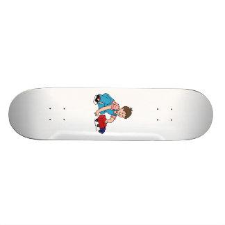 Criança que joga com caminhão do brinquedo skateboard