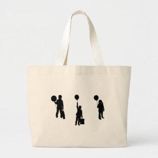 Crianças com balão bolsa para compras