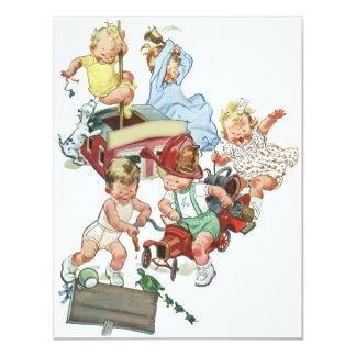 Crianças das crianças do vintage que jogam com convites personalizados