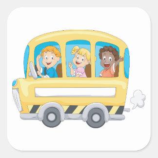 Crianças em etiquetas de um auto escolar