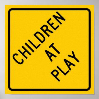 Crianças no sinal da estrada do jogo pôsteres