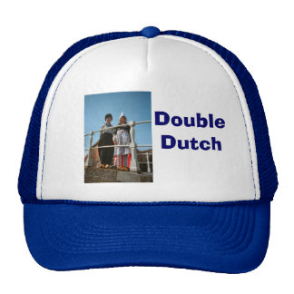 Crianças no traje nacional holandês boné