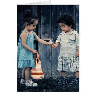 Crianças que compartilham do cartão vazio