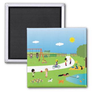Crianças que jogam no ímã do parque imãs