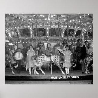 Crianças que montam Carrossel 1925 Posteres