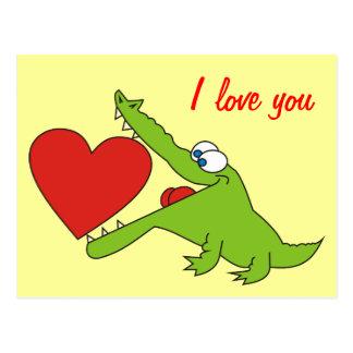 Crocodilo bonito com um cartão do amor do coração