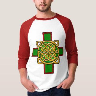 Cruz celta com a camisa intrincada do design do nó