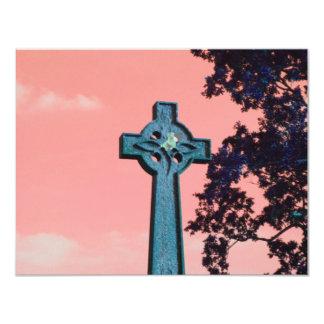 Cruz celta do céu cor-de-rosa convite 10.79 x 13.97cm
