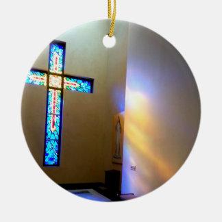 Cruz colorida ornamento de cerâmica redondo