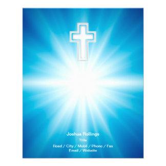 Cruz cristã no fundo azul modelo de panfleto