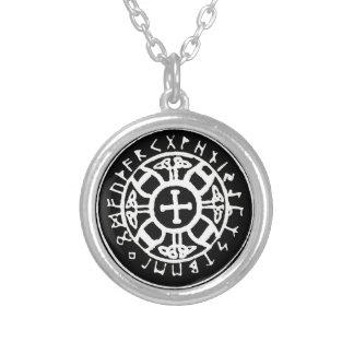 Cruz de Viking com colar dos Runes