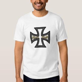 Cruz do ferro com t-shirt dos crânios