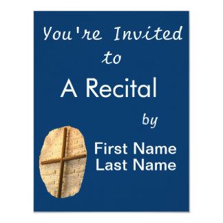 Cruz fina de madeira na parede branca da igreja do convite 10.79 x 13.97cm