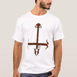 Cruz invertida da chama com gemas e o crânio camiseta
