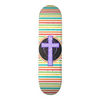Cruz roxa Listras brilhantes do arco-íris Skateboard