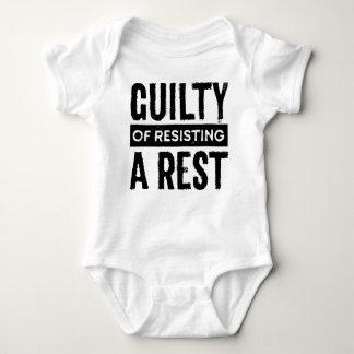 Culpado de resistir uma camisa da criança do resto