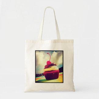 Cupcake colorido com a cereja na parte superior sacola tote budget